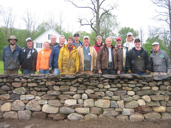 Workshop dry stone stone wall with students and instructors