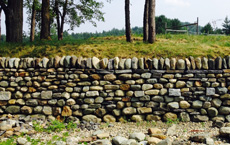 Dry stone retaining wall for workshops